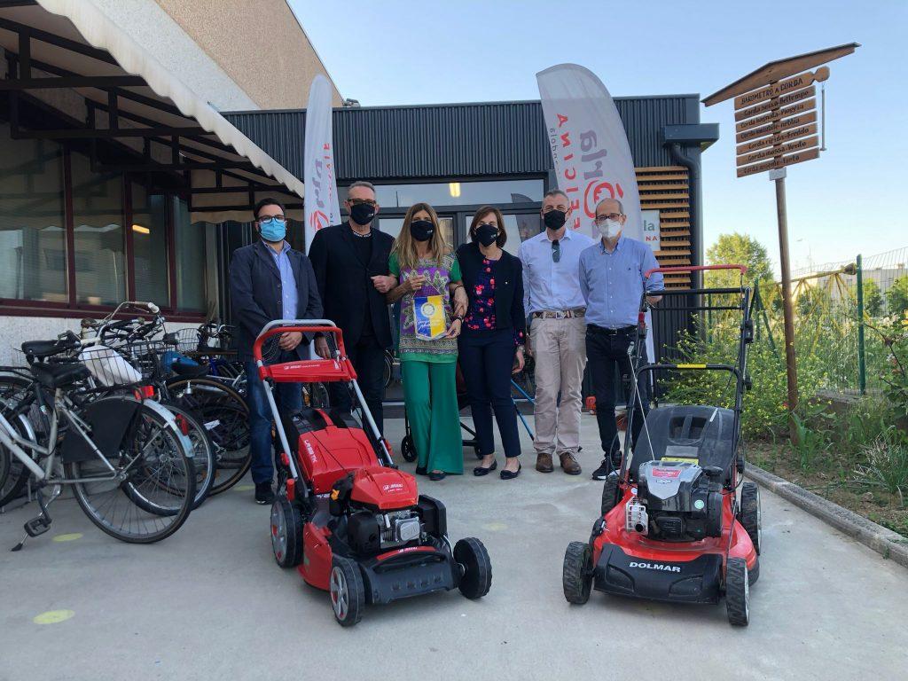 Mirandola, il Rotary dona due macchine rasa erba a La Zèrla